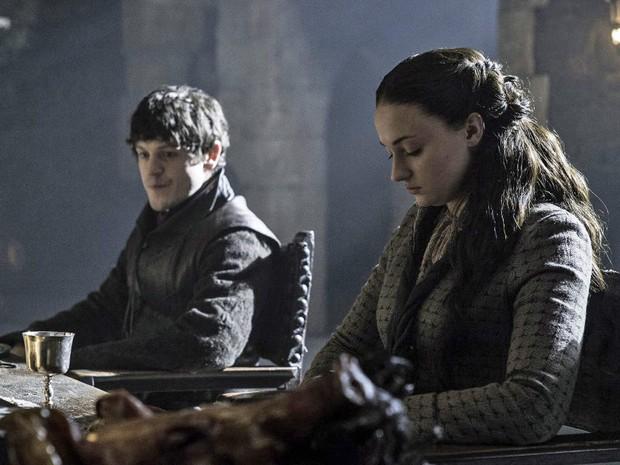 Os atores Iwan Rheon (Ramsay Bolton) e Sophie Turner (Sansa Stark) em cena de 'Game of Thrones' (Foto: Divulgação)