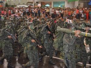 Homens do Exército abriram desfile cívico (Foto: Francisco Rocha/G1)