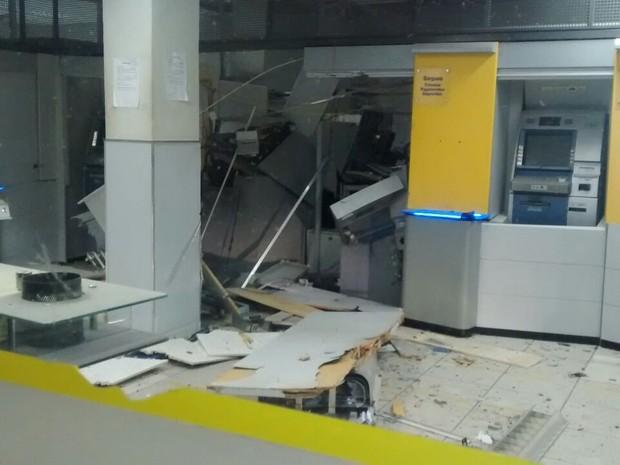 Criminosos explodiram dois caixas eletrônicos da agência bancária de Lajedo (Foto: Divulgação/Polícia Militar)