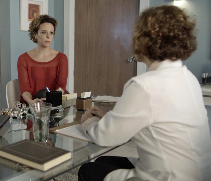 Ana acompanha a cantora na visita à médica (Foto: TV Globo)