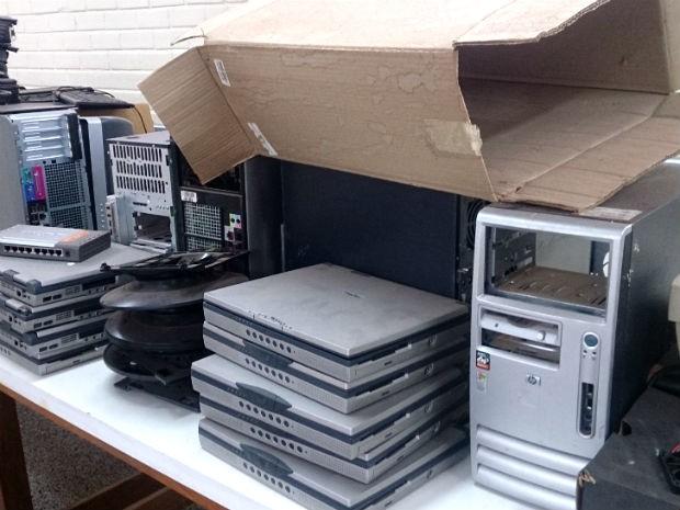 Alunos de ensino técnico no Gama usam máquinas de 2001 para aulas de informática (Foto: Mateus Rodrigues/G1)