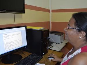 Professora de ensino especial da escola Carmelita do Carmo, Claudete da Silva, de 44 anos (Foto: Abinoan Santiago/G1)