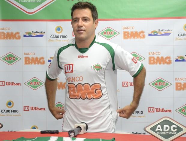 Ramon veste a camisa da Cabofriense (Foto: Léo Borges)