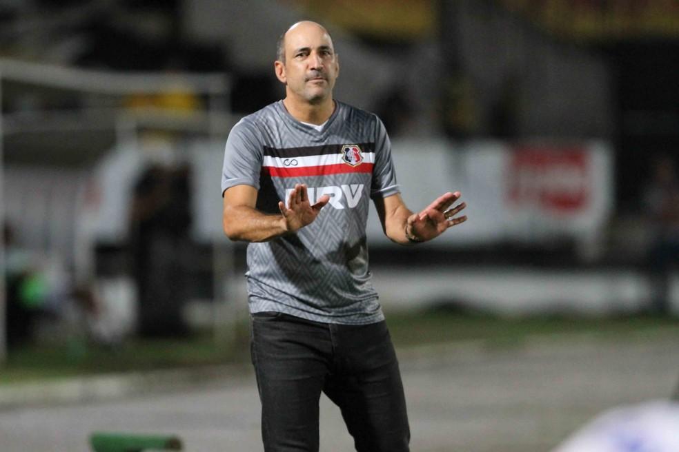Eutrópio não resistiu à derrota para o Londrina (Foto: Marlon Costa / Pernambuco Press)