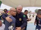 Policiais rodoviários raspam a cabeça em apoio a crianças com câncer