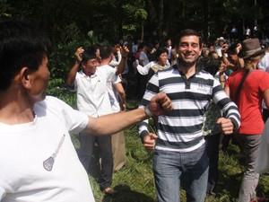 Guilherme Bahia dança com norte-coreanos (Foto: Guilherme Bahia/Arquivo pessoal)