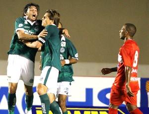 Rafael Tolói comemora gol do Goiás sobre o CRB (Foto: Carlos Costa / Ag. Estado)