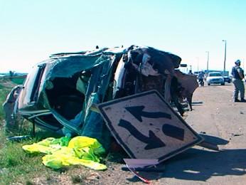 Veículo capotou e atingiu ciclista em Uruguaiana (Foto: Reprodução/RBS TV)