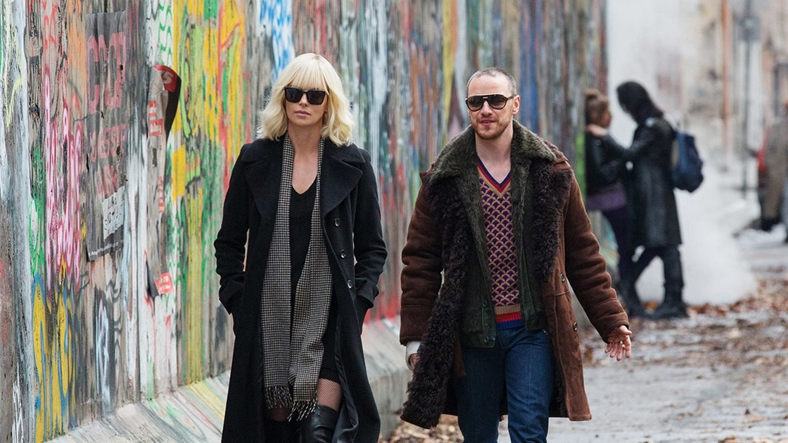 Personagens passam prximos ao Muro de Berlim (Foto: Divulgao)