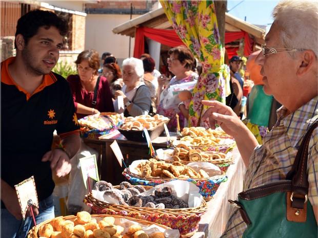 Festa em São Tiago distribui biscoitos e café de graça para visitantes (Foto: Douglas Caputo / Divulgação)