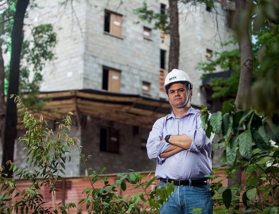 José Luiz da Fonseca em frente a obra da MRV.A empresa projeta lares que economizam energia (Foto: JOAO MARCOS ROSA/NITRO/ÉPOCA)