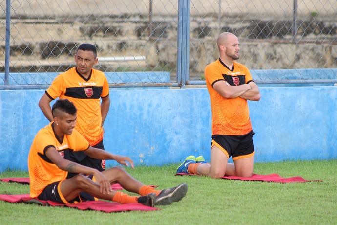Augusto, Niel e Caio Eltink fazem trabalho separado no Flamengo-PI (Foto: Wenner Tito )
