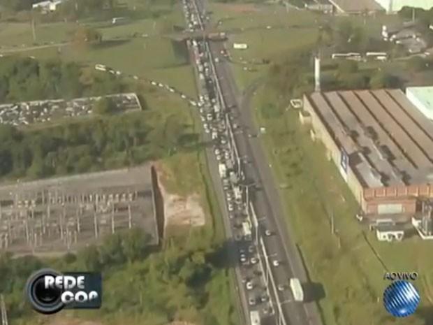 Trânsito está congestionado no sentido Feira de Santana. (Foto: Reprodução/ TV BA)