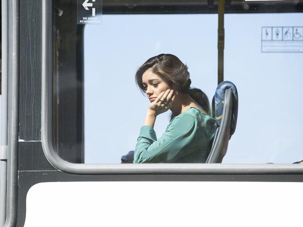 Alice pega ônibus desanimada e não vê Evandro  (Foto: Felipe Monteiro / Gshow)