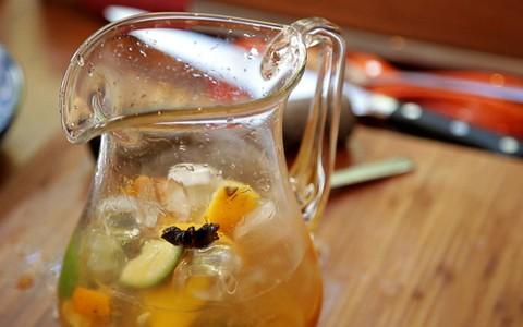 Caipirinha na jarra leva três tipos de limão e cachaça envelhecida