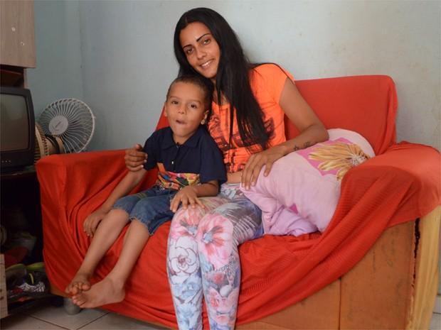 Catadora conta que divide o quarto com o filho na casa dos pais (Foto: Rodolfo Tiengo/G1)