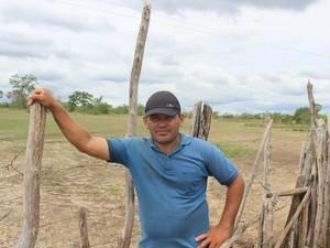 Campo atrás de Gildenor era tomado por ovelhas, hoje restam poucas cabeças (Foto: Pedro Santiago/G1)