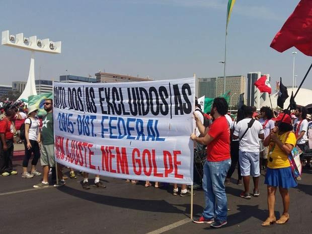 Manifestantes do Movimento Grito dos Excluídos, que são a favor da presidente Dilma e contra o ajuste fiscal (Foto: Isabella Calzolari/G1)