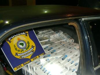 Carro com placas de Boa Esperança do Iguaçu transportava 20 caixas de cigarros (Foto: Polícia Rodoviária Federal / Divulgação)