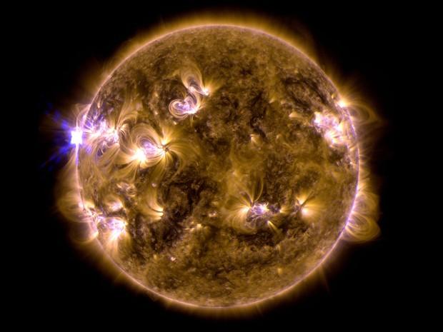 Fusão de duas imagens feitas pelo Observatório de Dinâmica Solar da Nasa mostra uma erupção solar ocorrida no domingo (12). Cientistas disseram que a erupção foi a mais forte registrada até o momento em 2013, e ocorreu na face mais distante da Terra. (Foto: AP/Observatório de Dinâmica Solar da Nasa)