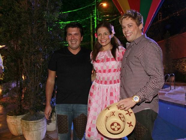 A atriz com Bruno Chateaubriand e André Ramos (Foto: Isac Luz/EGO)