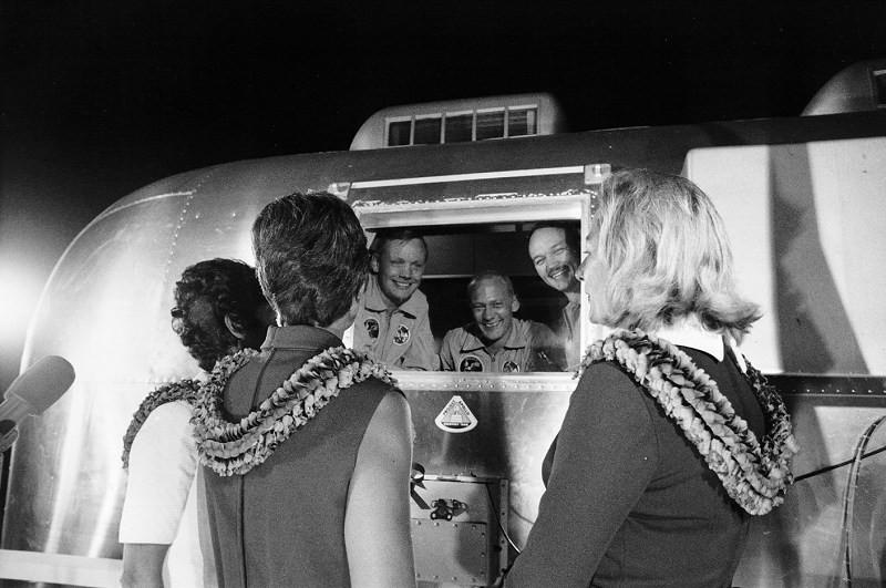 O reencontro dos astronautas com suas esposas (Foto: NASA)