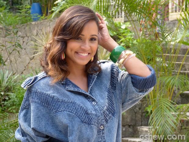 Com look anos 70, Thaissa vive a personagem Nilza (Foto: Pé na Cova/TV Globo)