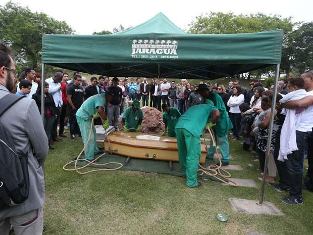 Corpo do cantor foi enterra do em São Paulo nesta quinta-feira (Foto: Marcos Bezerra/Futura Press/Estadão Conteúdo)