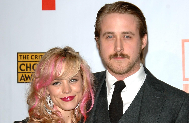 """Rachel McAdams e Ryan Gosling estrelaram 'Diário de uma Paixão' (2004) e pareciam estar levando, na vida real, uma vida à altura de todo aquele romantismo. Começaram a namorar no ano seguinte e, para a desilusão de muitos, terminaram em 2007. Tiveram ainda um """"revival"""" em 2008, mas durou pouquíssimo. (Foto: Getty Images)"""