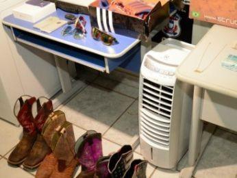 Polícia apreendeu roupas, sapatos e até climatizador de ar na casa da jovem (Foto: Varlei Cordova/ Agora MT)