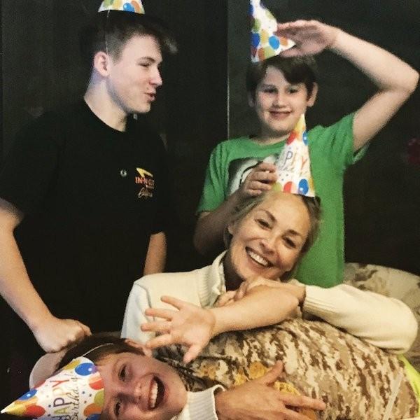 A atriz Sharon Stone com seus três filhos (Foto: Twitter)