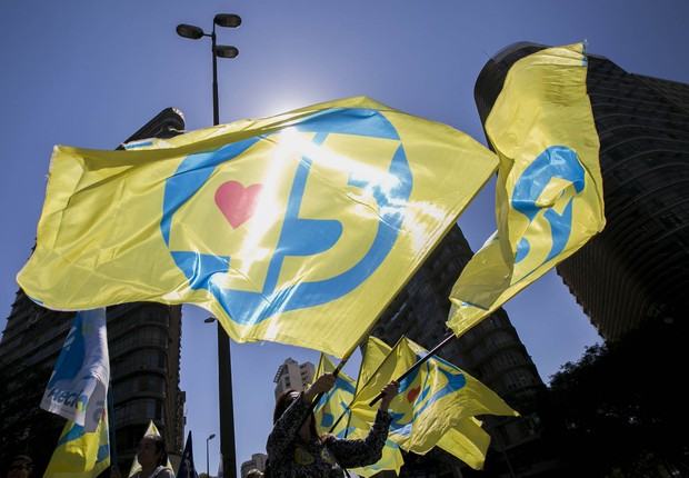Militantes seguram bandeiras do PSDB (Foto: Reprodução/Facebook)