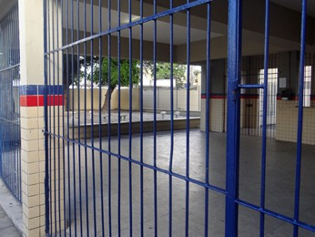 Um funcionário terceirizado da Escola Governador Barbosa Lima aconselhou os alunos que apareceram a voltar para casa. (Foto: Penélope Araújo/G1)