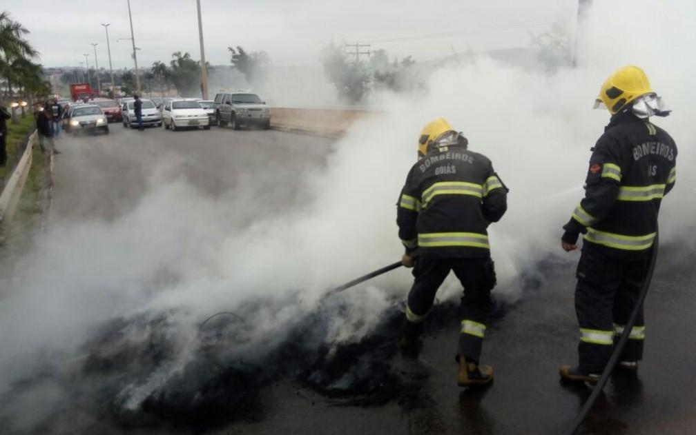 Menifestantes colocaram fogo em pneus na GO-060 em Goiânia, Goiás (Foto: Guilherme Mendes/TV Anhanguera)