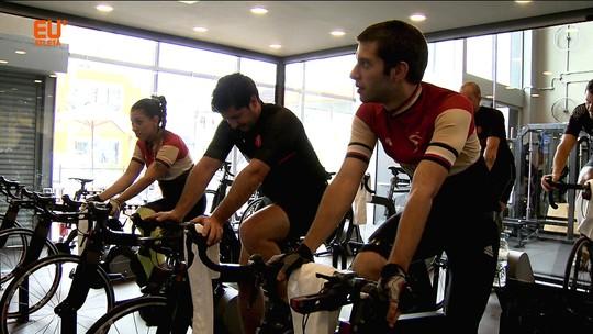 Treino indoor com bike de performance simula percursos e experiência de pedalar