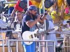 Multidão participa de festa sem cordas no carnaval de Salvador (BA)
