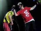Vocalista do Red Hot Chili Peppers faz cirurgia no pé e adia turnê da banda