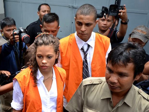 Heather Mack e Tommy Schaefer são vistos deixando uma prisão em Denpasar para seguirem para seu julgamento nesta quarta-feira (28). Eles são acusados da morte da mãe de Heather, Sheila, em agosto de 2014 (Foto: Sonny Tumbelaka/AFP)
