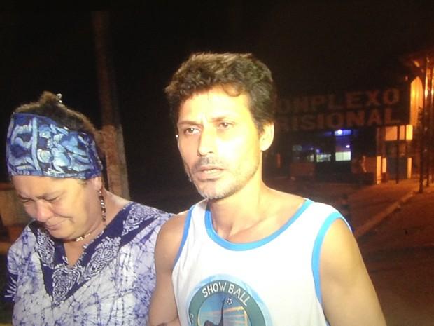 Pedreiro Gilmar Henrique Viana é solto de presídio em Aparecida de Goiânia, Goiás (Foto: Reprodução/ TV Anhanguera)