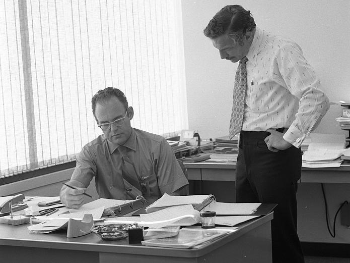 Gordon Moore, sentado em seu escritório, na Intel.