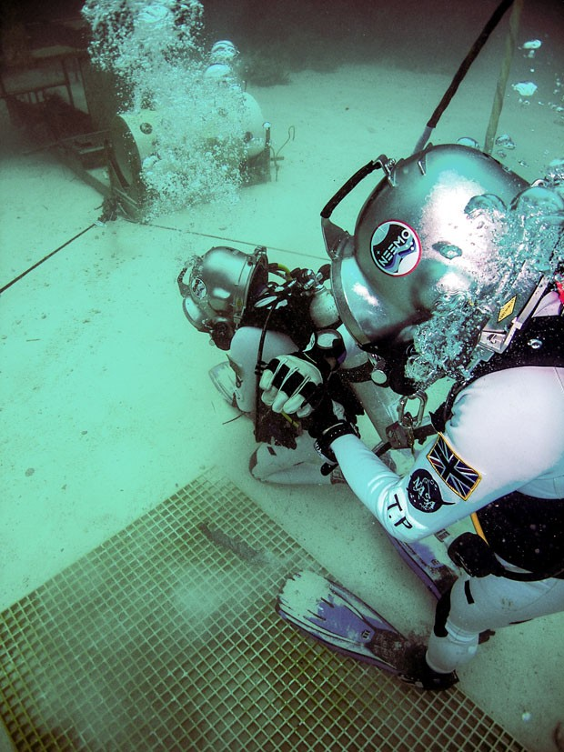 Astronautas da Nasa no fundo do mar testando o Google Glass, que poderá ser usado em missões no espaço. (Foto: Divulgação/Nasa)