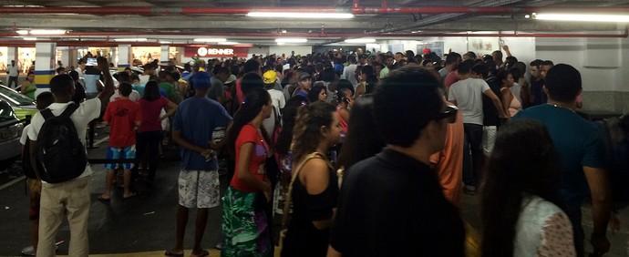 Centenas de torcedores esperaram toda a manhã pelo início das vendas no Shopping da Bahia (Foto: Tamires Fukutani)