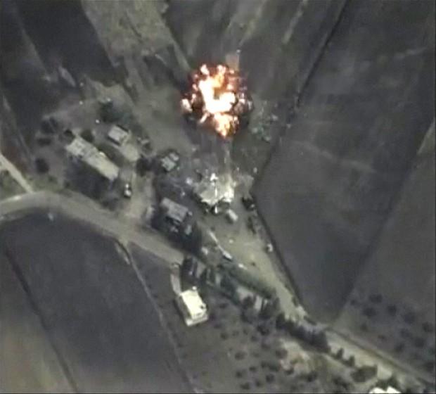 Trecho de vídeo divulgado pelo Ministério da Defesa Russo mostra ataque contra posições do Estado Islâmico, na quarta-feira (30) (Foto: Ministry of Defence of the Russian Federation/ Reuters )