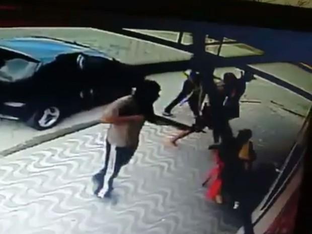Usando uma espingarda e fuzis, quadrilha assaltou padaria em São Vicente, SP (Foto: G1)