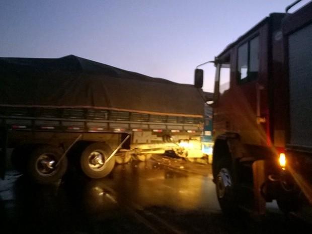 Acidente fez com que trânsito ficasse interrompido na rodovia MG-167 (Foto: Corpo de Bombeiros)