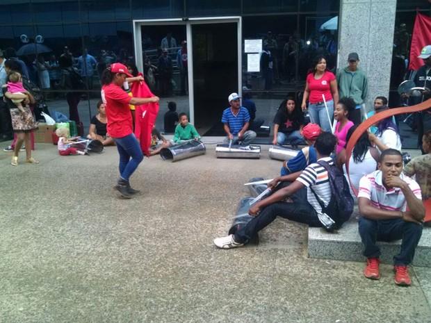 Integrantes da Frente Nacional de Luta fazem batucada em lixeiras durante invasão ao prédio do Ministério das Cidades (Foto: Jéssica Nascimento/G1)