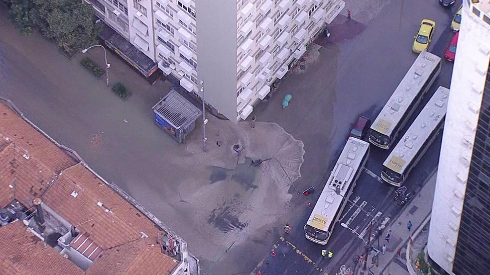 Vazamento deixa rua interditada em Copacabana, na Zona Sul do Rio (Foto: Reprodução/TV Globo)