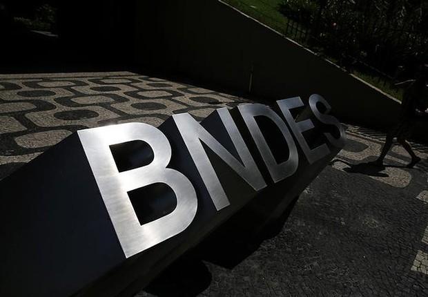 Logo do Banco Nacional de Desenvolvimento Econômico e Social (BNDES) na entrada de sua sede no Rio de Janeiro (Foto: Nacho Doce/Reuters)