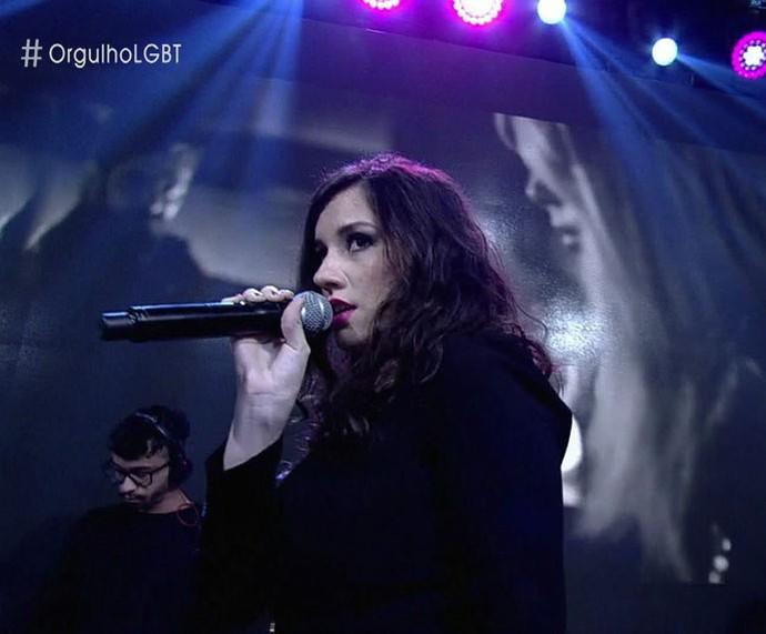 Barbara Ohana se apresenta no palco do 'Encontro' (Foto: TV Globo)