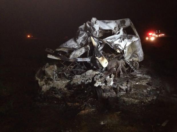 Van onde estavam as sete vítimas pegou fogo e ficou destruída (Foto: Alysson Maruyama/ TV Morena)